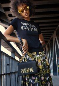 Versace Jeans Couture - SAFFIANO LOCK CROSSBODY - Torba na ramię - nero - 3