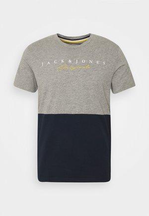 JORSTATION - T-shirt med print - light grey melange