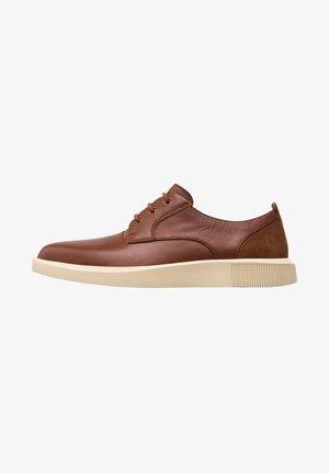 BILL - Sznurowane obuwie sportowe - brown