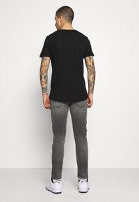 Replay - ANBASS HYPERFLEX BROKEN AND REPAIR - Jeans slim fit - medium grey - 2