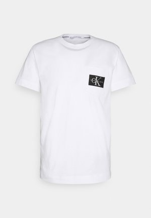 MONOGRAM BADGE POCKET TEE - T-shirt con stampa - bright white