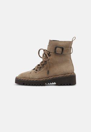 Šněrovací kotníkové boty - crosta vison