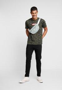 Levi's® - GRAPHIC NECK 2 - Print T-shirt - boxtab camo - 1