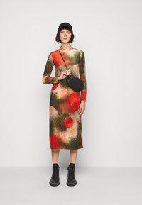 Henrik Vibskov - POLLEN DRESS WET FLOWERS - Žerzejové šaty - multi-coloured - 1