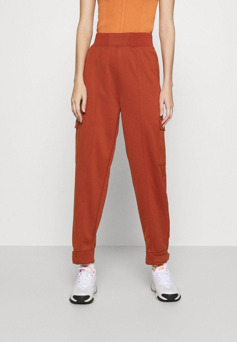 Nike Sportswear - W NSW SWSH - Trousers - firewood orange