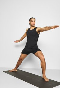 Curare Yogawear - MEN SHORTS - Sportovní kraťasy - black - 1