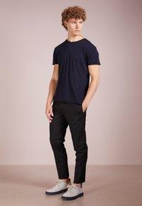 Filippa K - T-shirt basic - navy - 1