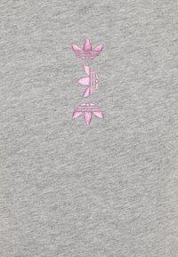 adidas Originals - LOGO TEE - T-shirt z nadrukiem - medium grey heather/scarlet - 2