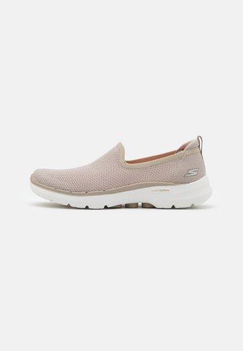 GO WALK 6 - Zapatillas para caminar - natural