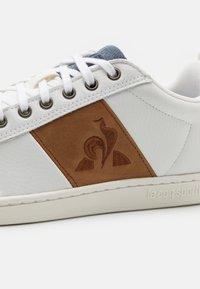 le coq sportif - COURTCLASSIC UNISEX - Trainers - optical white/cognac - 5