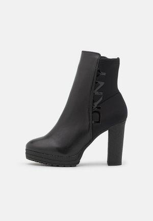 TESSI PLATFORM BOOTIE  - Botki na platformie - black/shiny black