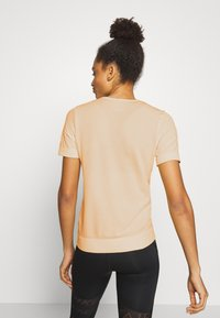 Nike Performance - W NK INFINITE TOP SS GX - T-shirts med print - topaz gold - 2