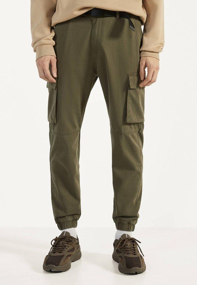 MIT GÜRTEL - Pantalon cargo - khaki