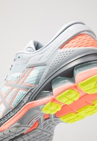 ASICS - GEL-KAYANO 26 LS - Zapatillas de running neutras - piedmont grey/sun coral - 5