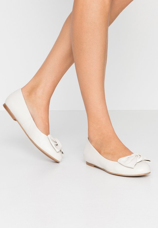 WIDE FIT CARLA - Ballet pumps - ivory