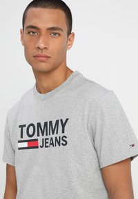 Tommy Jeans - CLASSICS LOGO TEE - T-shirt con stampa - grey - 4