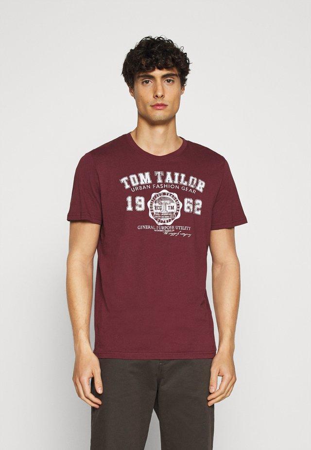 LOGO TEE - Print T-shirt - dusty wildberry red