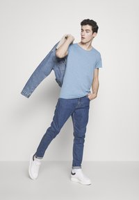Jack & Jones - JJEBAS TEE - Basic T-shirt - blue heaven - 1