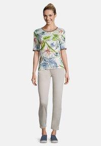 Betty Barclay - MIT BLUMENPRINT - Print T-shirt - cream/petrol - 1