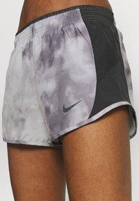 Nike Performance - ICON CLASH 10K SHORT - Korte sportsbukser - light smoke grey/dark smoke grey - 5