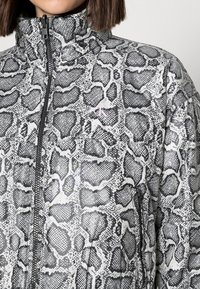 Calvin Klein Jeans - REVERSIBLE PADDED JACKET - Light jacket - black - 4