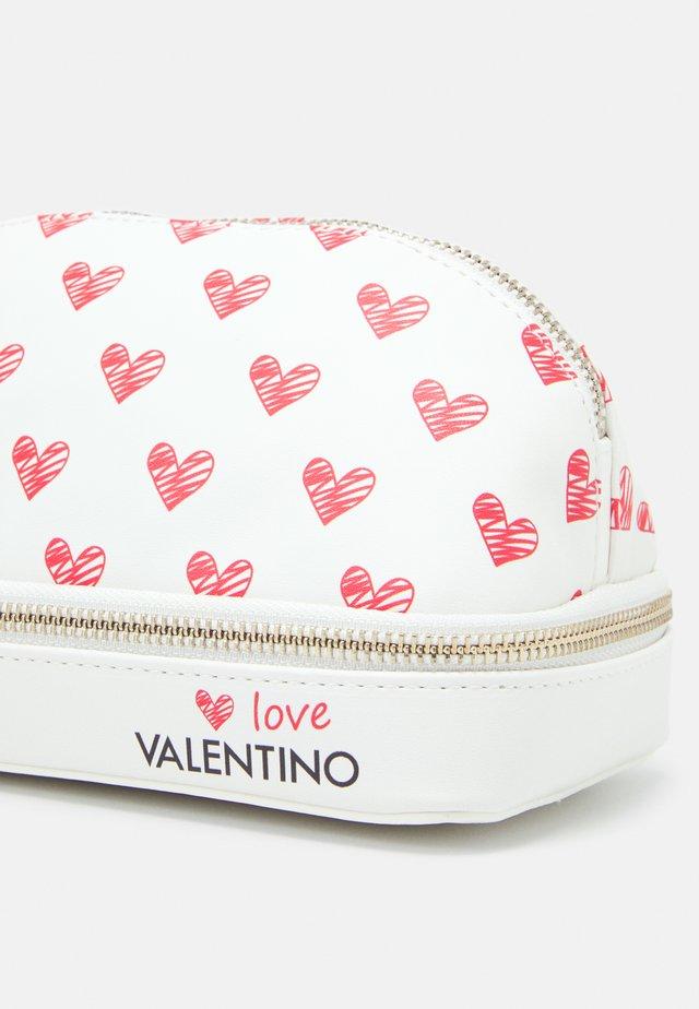 SOFT COSMETIC CASE - Kosmetická taška - bianco/rosso