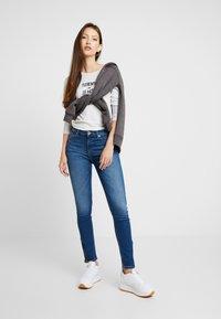 Tommy Jeans - SQUARE LOGO LONGSLEEVE - Topper langermet - pale grey heater - 1