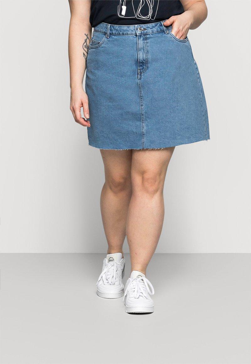 Vero Moda Curve - VMMIKKY RAW SKIRT MIX - Minigonna - light blue denim