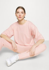 Missguided - OVERSIZED JOGGER SET - Jednoduché triko - baby pink - 3
