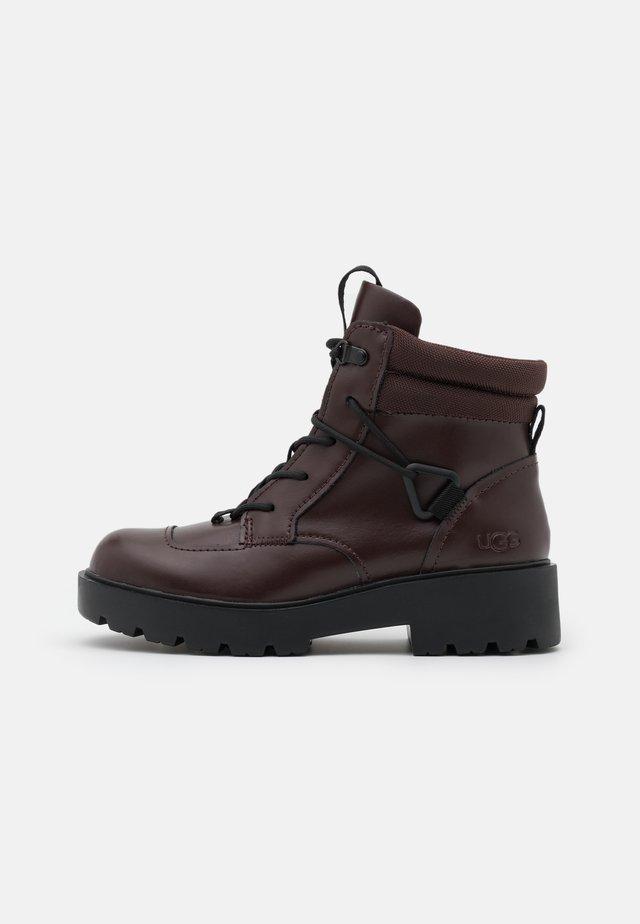 TIOGA HIKER - Platform ankle boots - burgundy