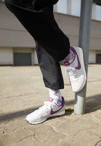 Nike Sportswear - CHALLENGER OG UNISEX - Trainers - white/grey/dark red - 2