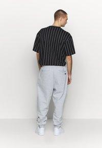 Karl Kani - SIGNATURE RETRO - Teplákové kalhoty - grey/black - 2