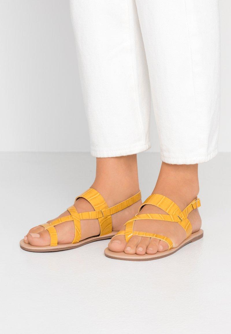 Dorothy Perkins - FABIENNE TRIPLE STRAP GLAD T-BAR - tåsandaler - yellow