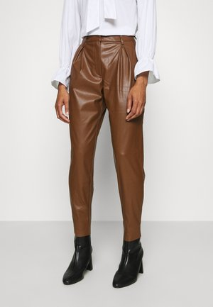 CARROT LEG TROUSER - Trousers - coffee