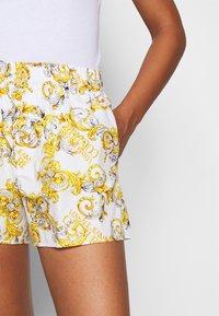 Versace Jeans Couture - Shorts - bianco ottico - 3