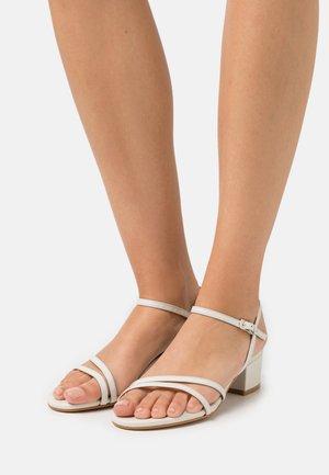 Sandaalit nilkkaremmillä - dream nacre