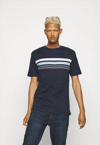 Newport Bay Sailing Club - CHEST STRIPE 2 PACK - T-shirt z nadrukiem - navy/grey marl - 3