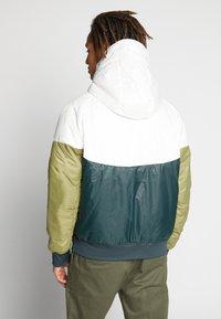 Nike Sportswear - M NSW HE WR JKT HD REV INSLTD - Light jacket - seaweed/sail/thermal green - 4