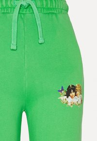 Fiorucci - WOODLAND VINTAGE ANGELS PATCH FOREST - Tracksuit bottoms - green - 6