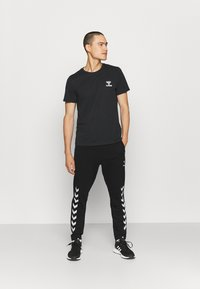 Hummel - RAY 2.0 TAPERED PANTS - Spodnie treningowe - black - 1