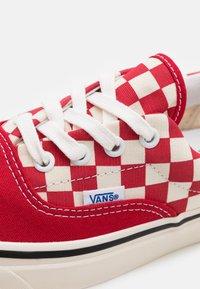 Vans - ANAHEIM ERA 95 DX UNISEX - Sneakers - offwhite/red - 7