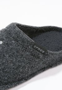 Crocs - CLASSIC - Domácí obuv - black - 5
