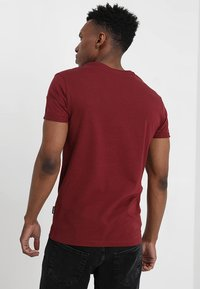 Pier One - T-shirt con stampa - bordeaux - 2