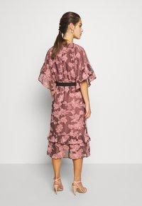 Lost Ink Petite - FRILL TEXTURED DRESS WITH BELT - Denní šaty - pink - 3