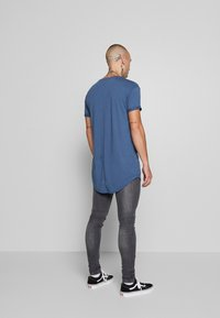 Topman - SCOTTY APPLE BRN/HORIZON BLUE - T-shirt - bas - multi - 2