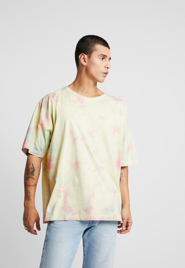 MEANING OF LIFE TIE DYE BOX TEE - T-shirt med print - yellow/light pink