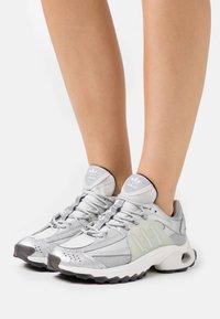 adidas Originals - THESIA  - Tenisky - grey two/silver metallic/crystal white - 3