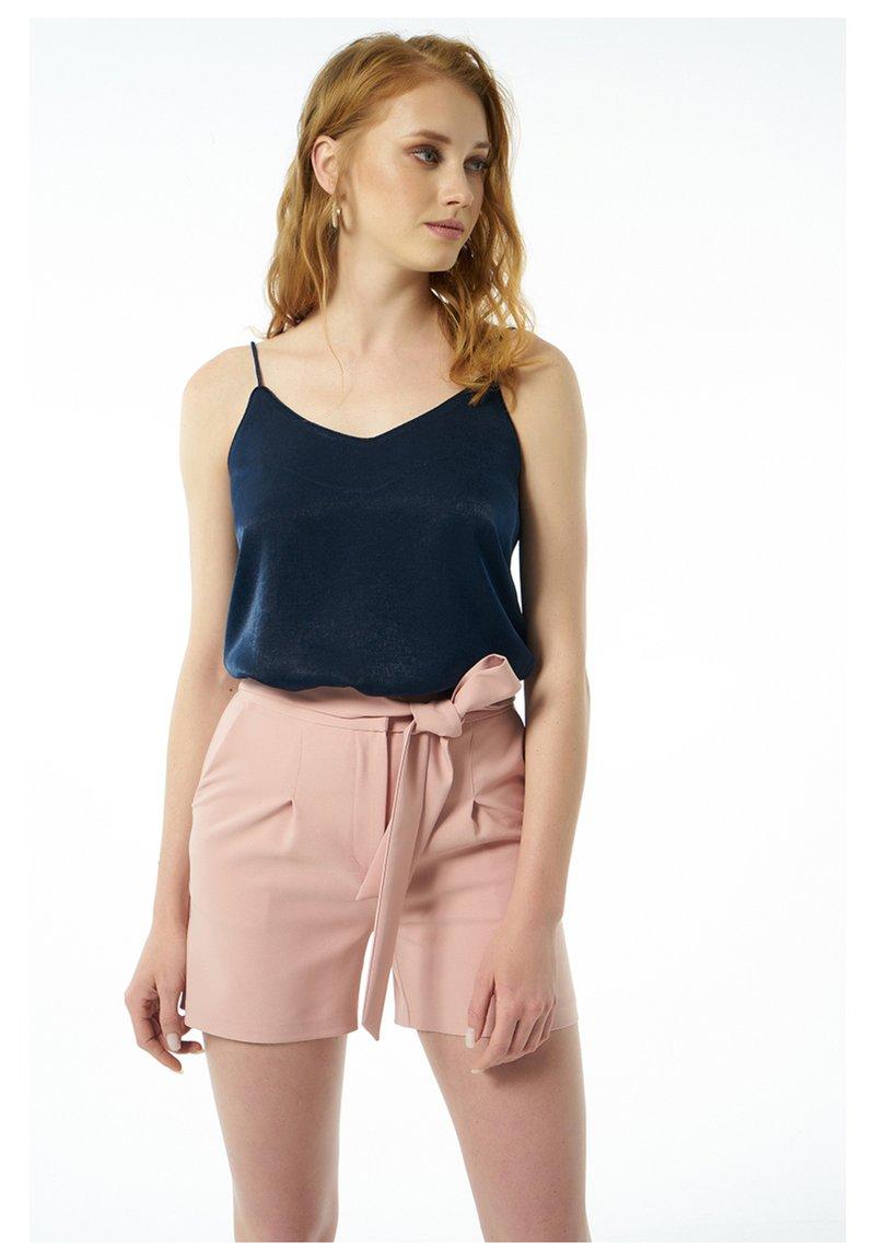 Auden Cavill - Shorts - rosa