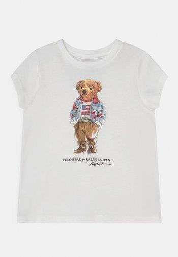 BEAR TEE - T-shirt z nadrukiem - white