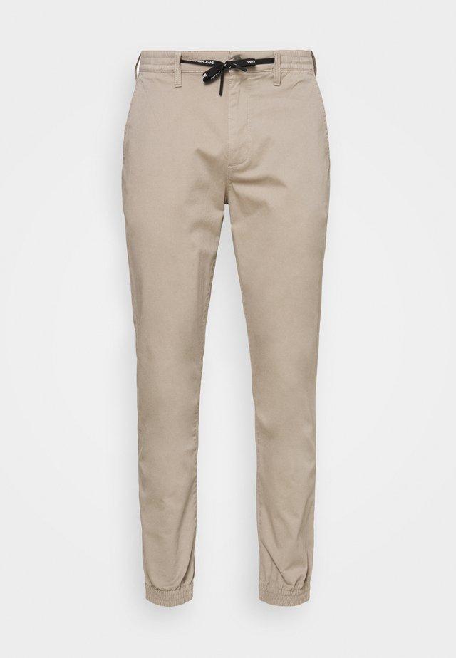 ESSENTIAL CUFFED CHINO - Chino kalhoty - string